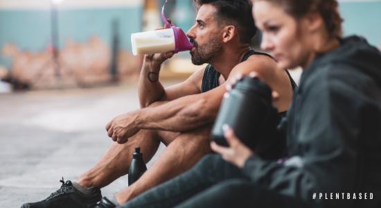 Atleten die maaltijdvervangende shakes drinken